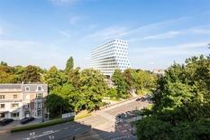 BERCHEM - Albertpark:  Op te frissen appartement van ca 175m² met 4 slaapkamers, 2 badkamers en zuid-georiënteerd terras  BESCHRIJVING:  Het appartement bevindt zich op de volledige 6° verdieping.   Mooie inkomhal met videofonie, vestiaire en apa